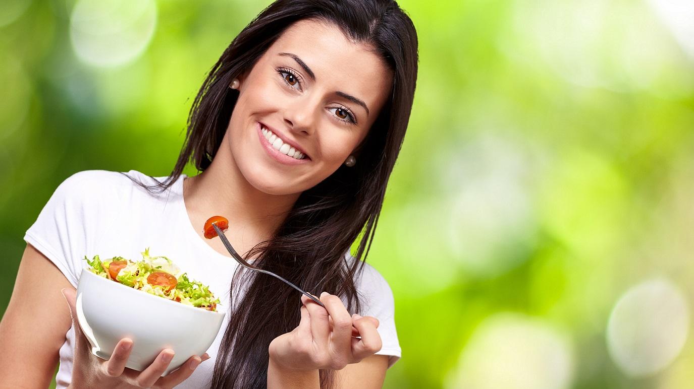 chica comiendo saludablemente